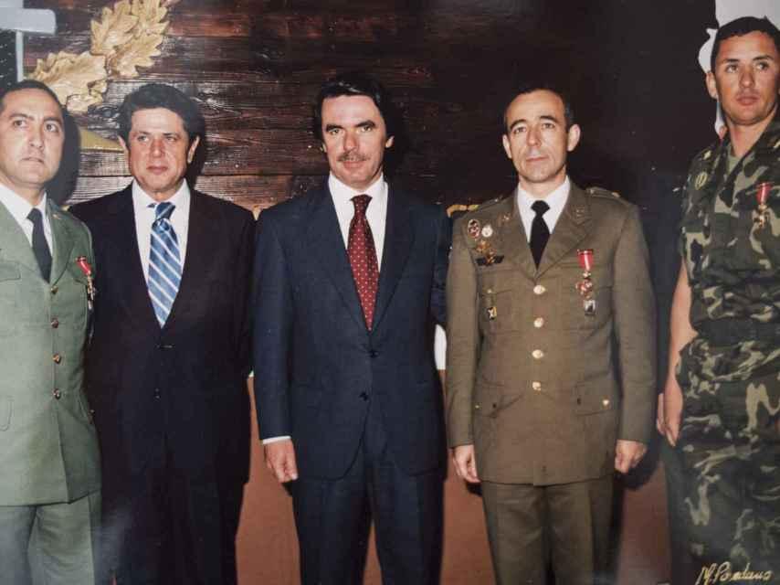 Vicente (derecha), uno de los pilotos de helicóptero, posa con Aznar y Federico Trillo tras la misión de Perejil.