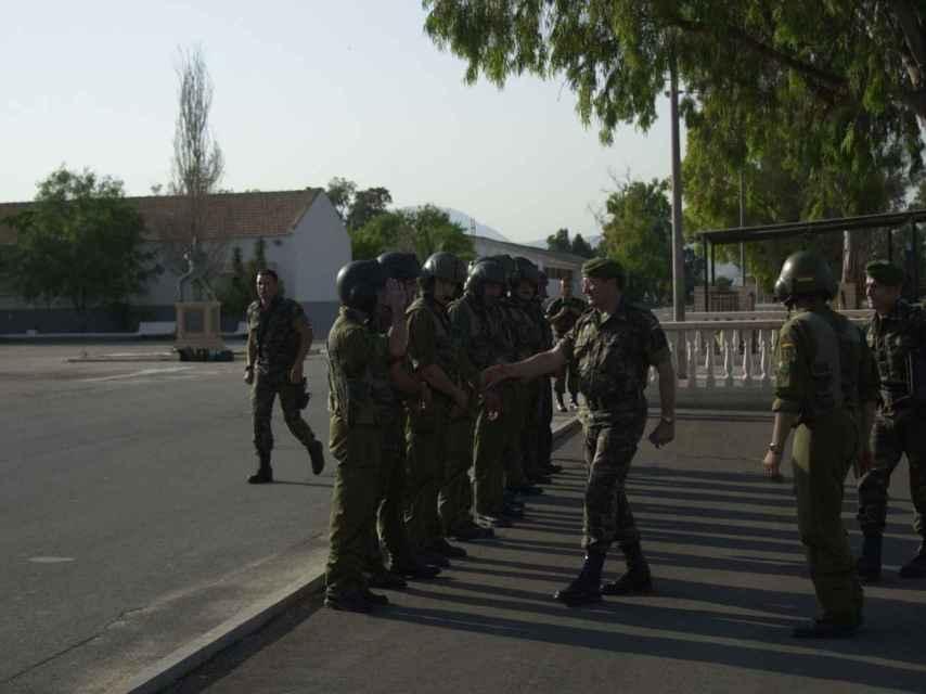 Los soldados que participaron en la misión, saludados al término de la misma.