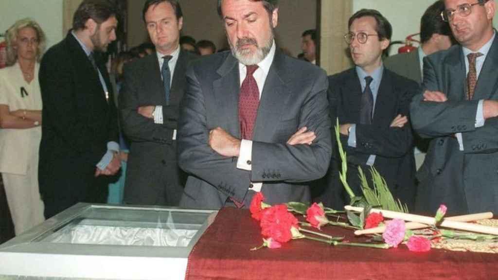 Mayor Oreja ante el ataúd de Miguel Ángel Blanco.