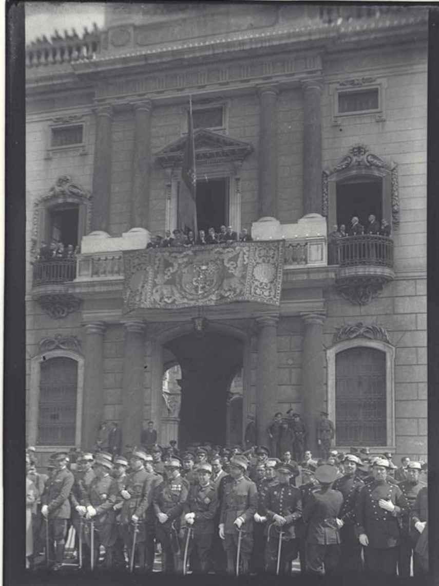 Recepción en el Palau, parada militar, por el tercer aniversario de la proclamación de la II REp