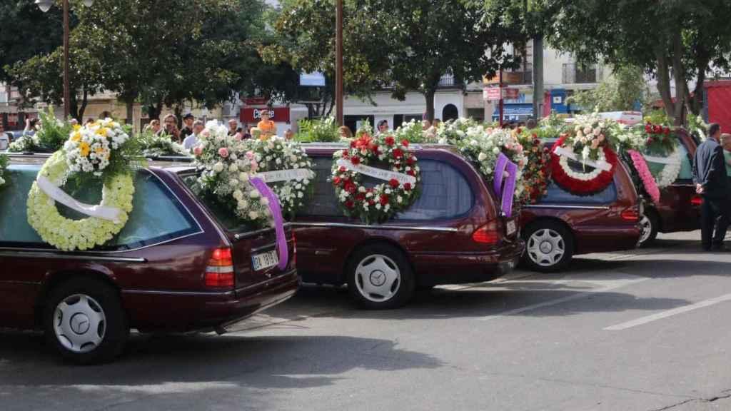 Los coches fúnebres, esta misma tarde en el entierro de la familia.