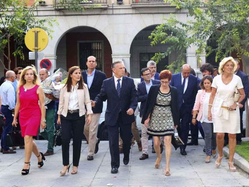 El alcalde de Don Benito, José Luis Quintana (c), acompañado por la portavoz de la Junta de Extremadura, Isabel Gil Rosiña (2i), y la delegada del Gobierno en Extremadura, Cristina Herrera (i), a su llegada al funeral.