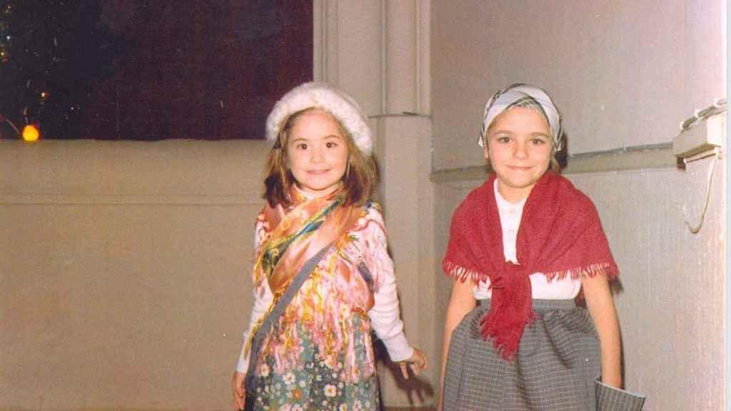 Macarena ( a la derecha) junto a una amiga cuando eran pequeñas.