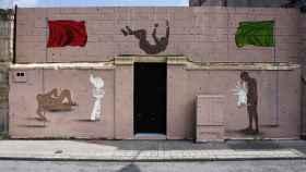 El artista urbano denuncia un plan urbanístico en Deusto.