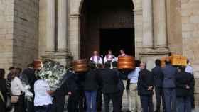 Los féretros de la familia que falleció este jueves en Barranco de Hoyos (Jerte) han sido enterrados esta misma tarde.