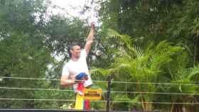 Leopoldo López se asomó a la valla de su domicilio a saludar a sus simpatizantes.