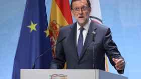 Rajoy se dirige a los periodistas en Hamburgo.
