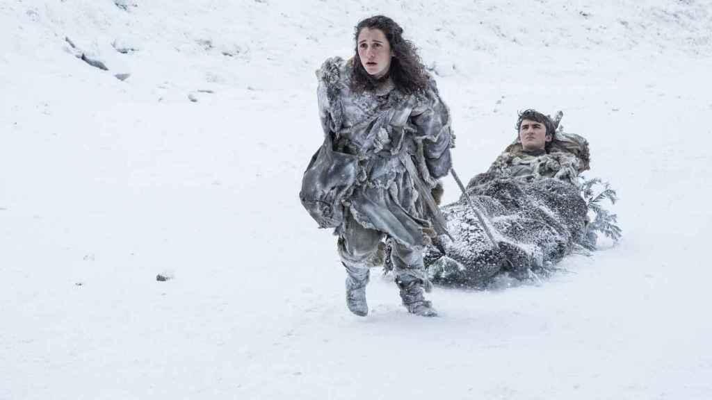 Meera intentando salvar a Bran de los caminantes blancos