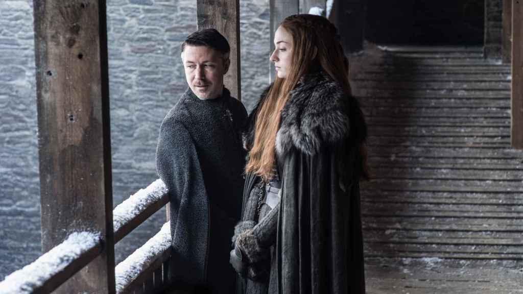 Meñique intentando comerle la cabeza a Sansa