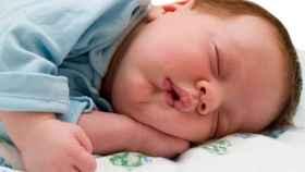 Un bebé duerme plácidamente.