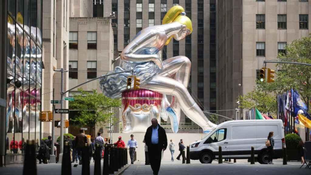 La bailarina de Jeff Koons rodeada por los edificios de la plaza.