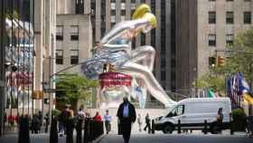 La bailarina de Jeff Koons rodeada de edificios.