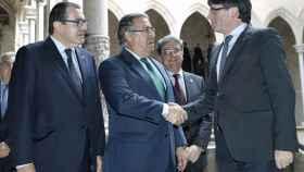 El ministro del Interior, Juan Ignacio Zoido, entre Carles Puigdemont  y el conseller de Interior, Jordi Jané.