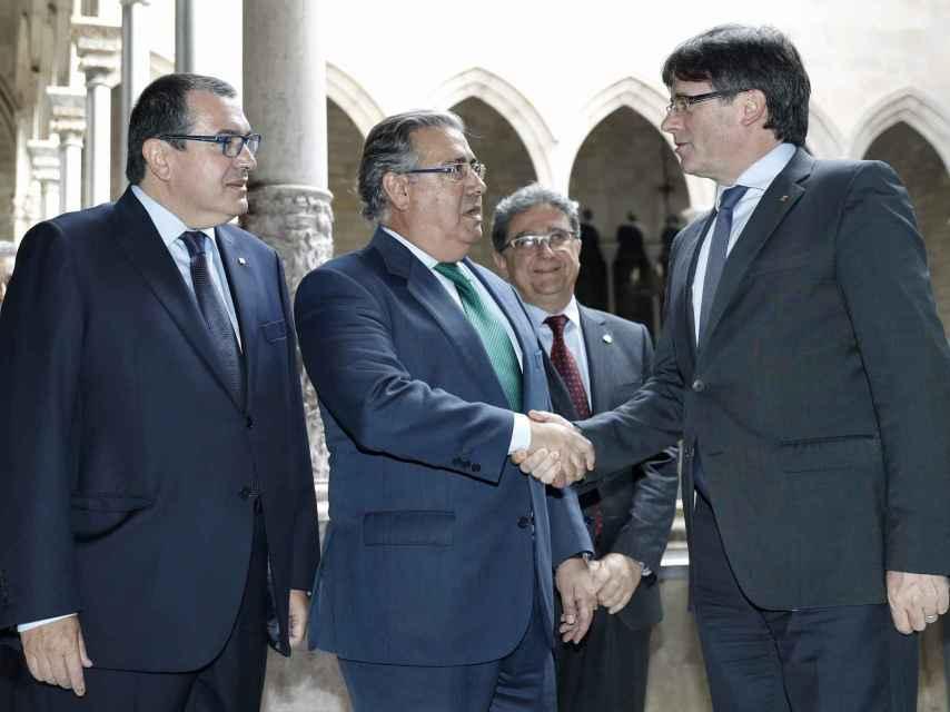 Juan Ignacio Zoido entre Carles Puigdemont  y el conseller de Interior, Jordi Jané.
