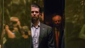 El hijo de Trump, llegando a la Torre Trump de Nueva York.
