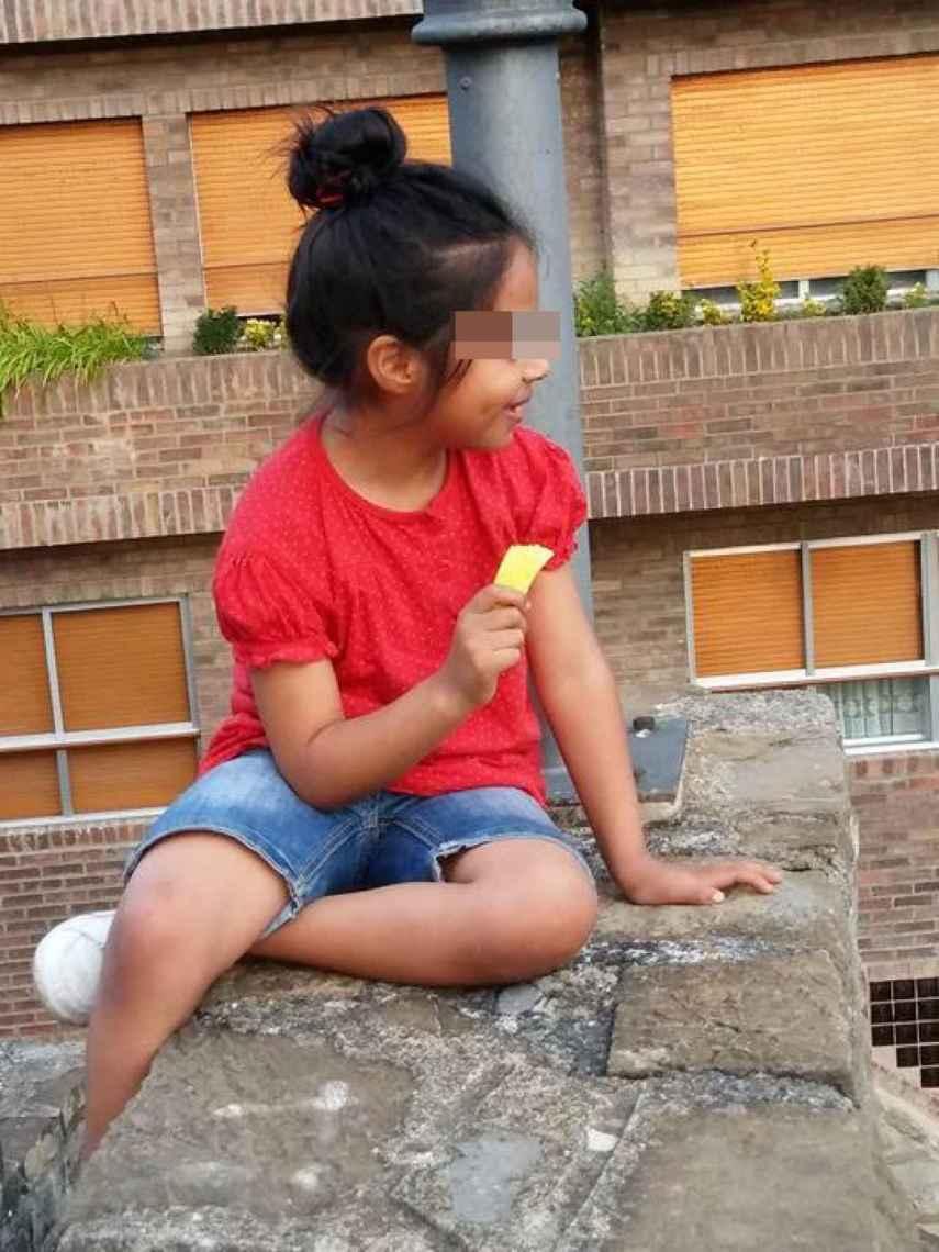 Naiara, comiendo un helado en una foto facilitada por Manuel, su padre.