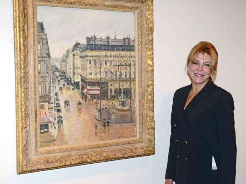 Carmen Cervera junto al cuadro de Pissarro.