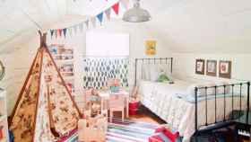 Habitación infantil con el color blanco de base y una decoración que da total libertad a la creatividad. | Foto: Holly Mathis Interiors.