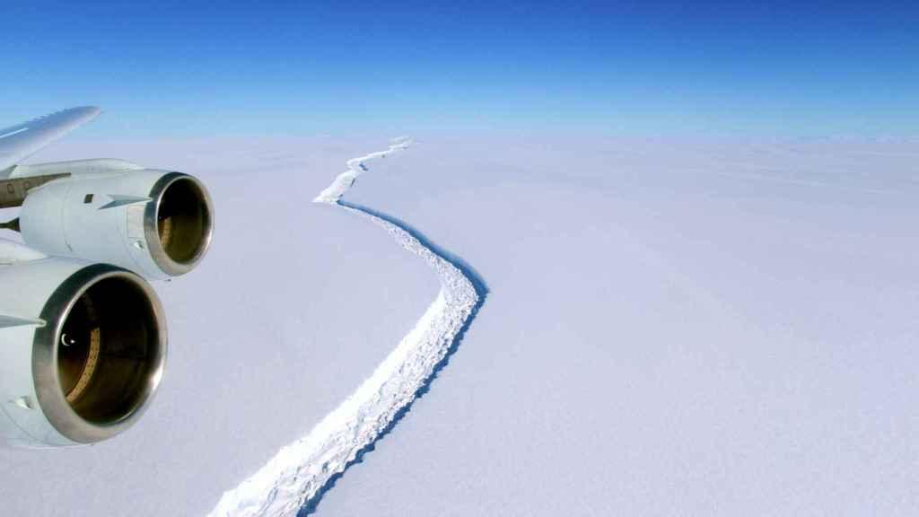 La brecha que ha desgajado el iceberg vista desde un avión.