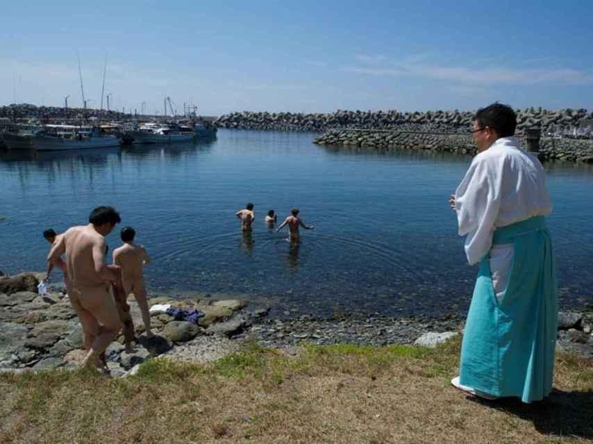 Los sacerdotes japoneses en su rito del mar.
