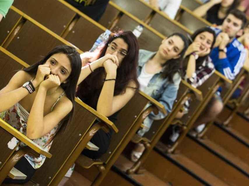 Varias jóvenes a punto de examinarse de Selectividad, en una imagen de archivo.
