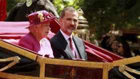 La reina Isabell II de Inglaterra y el rey Felipe VI de España durante la recepción de bienvenida.
