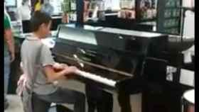 Gael tocando el piano