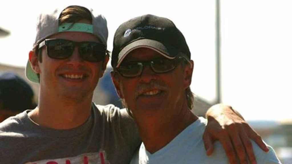 Joe Howlett junto a su hijo Tyler.