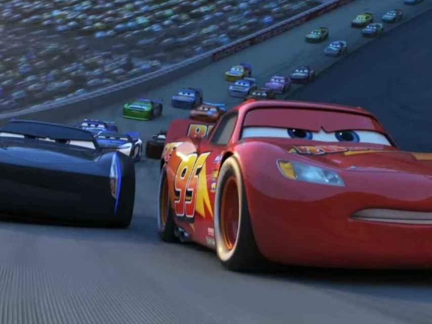 Fotograma de Cars 3. Rayo McQueen se enfrenta a Jackson Storm.