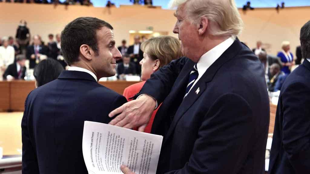 Trump le da una palmadita en la espalda a Macron.