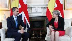 Felipe VI junto con May en el número 10 de Downing Street.