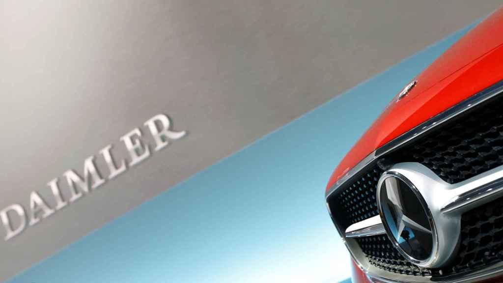 Un coche de la marca Mercedes-Benz con el logotipo de Daimler en una imagen de archivo.