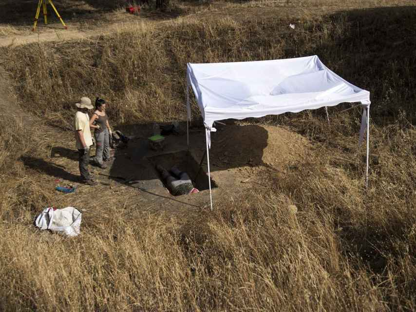Arqueólogos trabajando en el cráter a las puertas del Hospital Clínico.