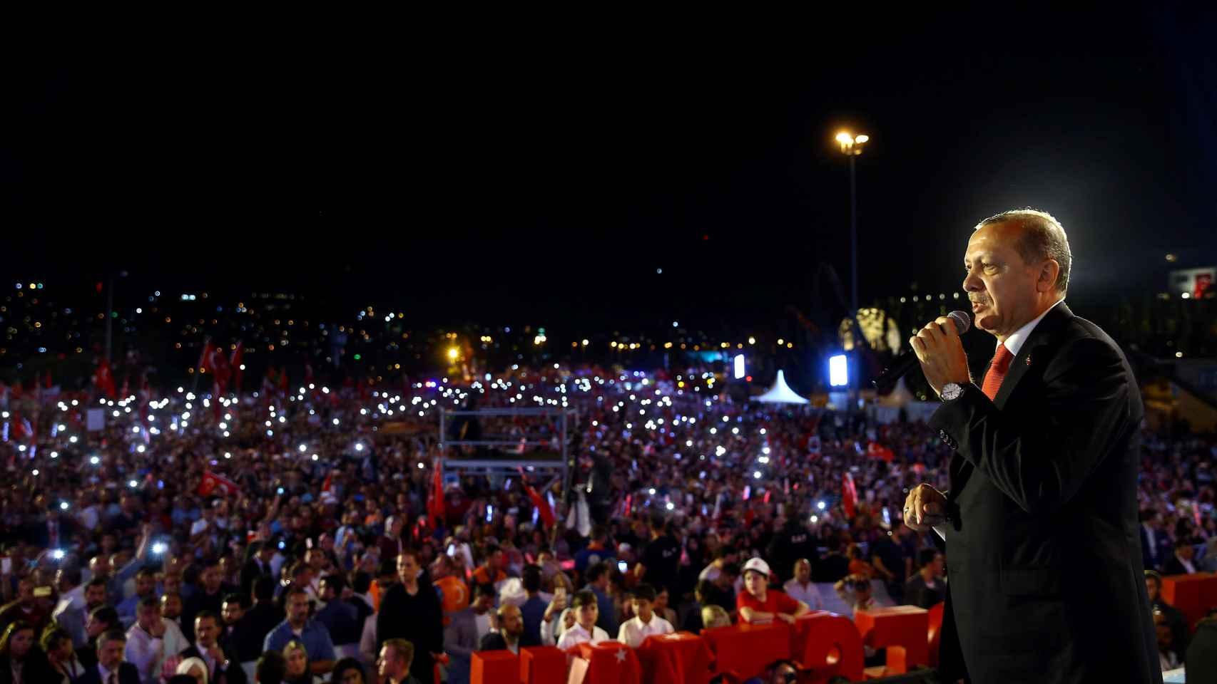 Erdogan se dirige a los asistentes del aniversario de la sublevación.