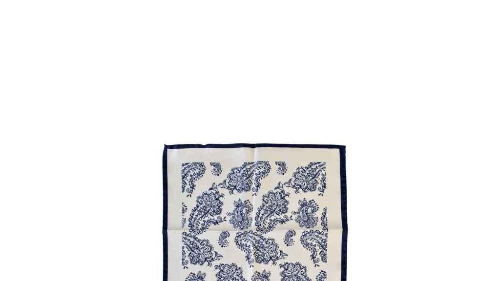 Pañuelo de seda en blanco roto con estampado cachemira y borde a contraste en color marino.
