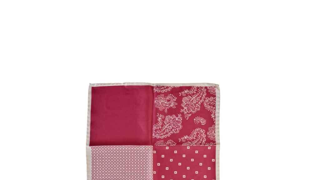 Pañuelo de seda natural en rojo y beige con estampado fantasía.