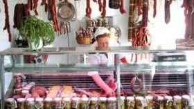 Carmen, en la carnicería que regentó con su marido durante muchos años en la Plaza de Abastos de Huéscar.