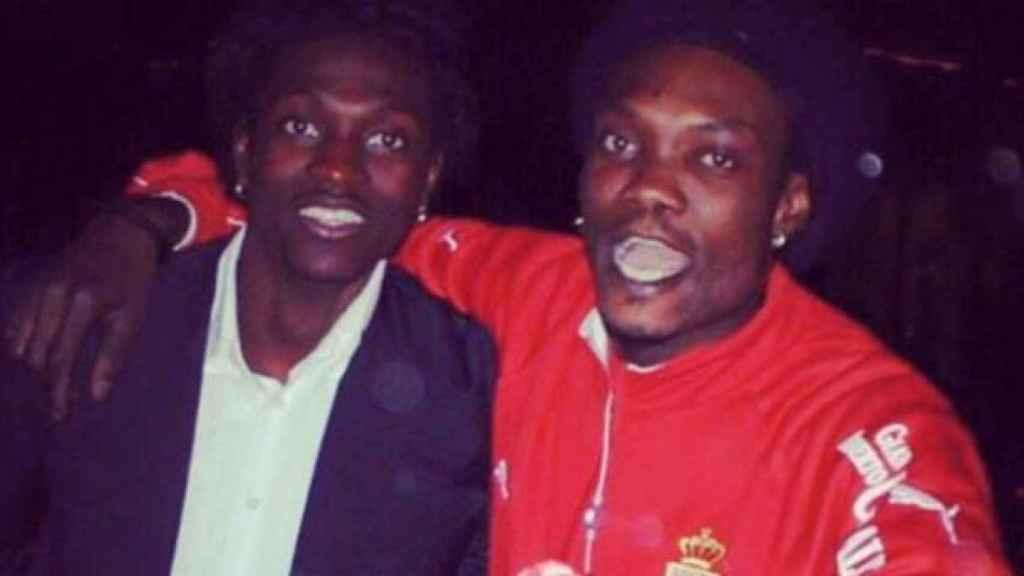 Adebayor, hace unos años, acompañado con su hermano, con el que ya no se habla. Facebook: Emmanuel Adebayor