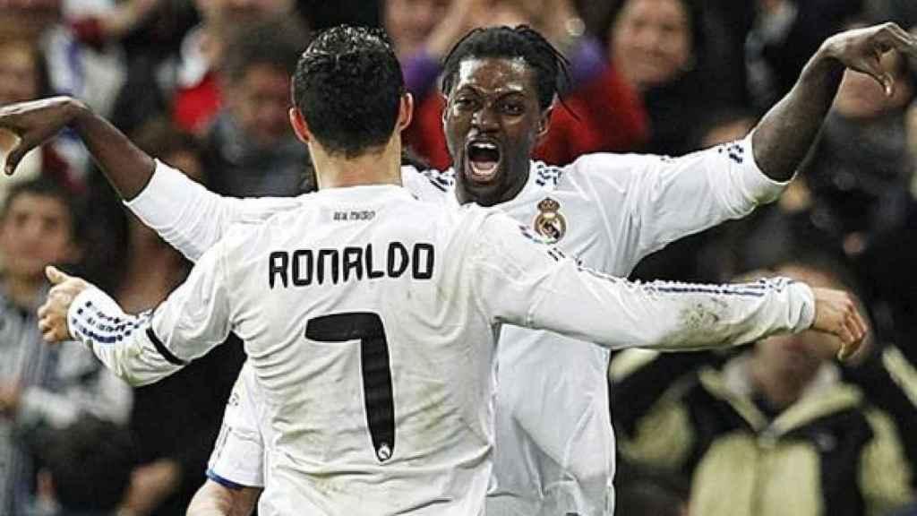 Adebayor celebra un gol con Cristiano en su etapa en el Real Madrid.