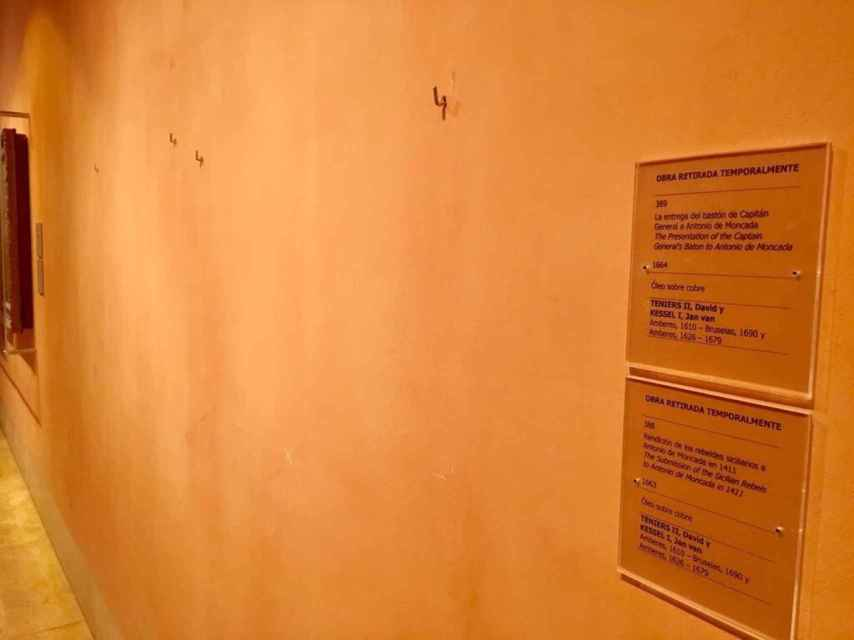Imagen del Museo Thyssen, con las alcayatas al aire de los cuadros retirados.