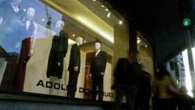 Un escaparate de Adolfo Domínguez en una calle de Orense.