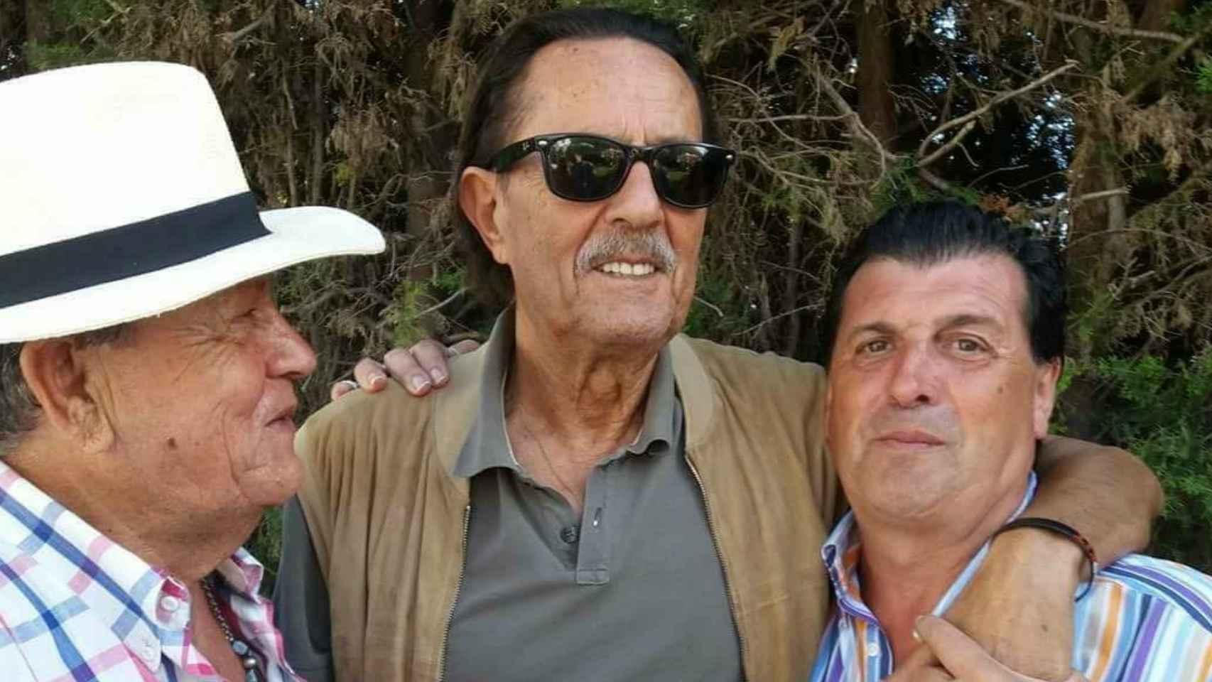 Julián Muñoz, estos días, con un par de amigos.