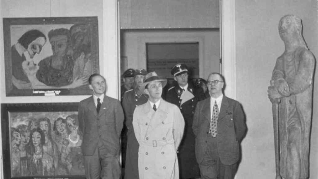 Goebbels en la exposición de arte degenerado.