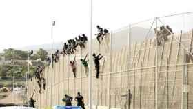 Varios inmigrantes en un asalto a la valla de Melilla, en una foto de archivo.