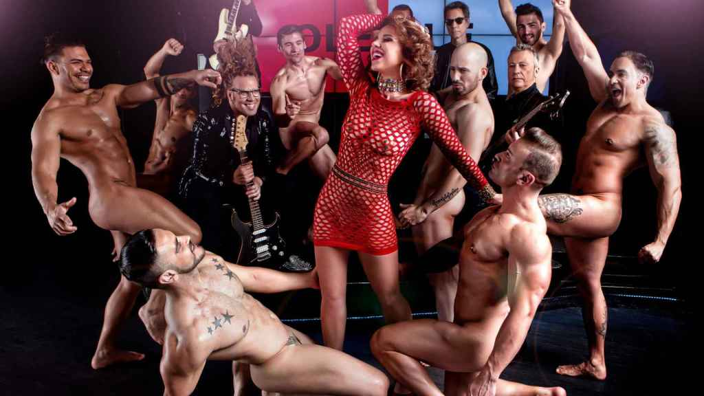 La cantante rodeada de hombres en el reportaje fotográfico que realizado para la revista 'Primera Línea'