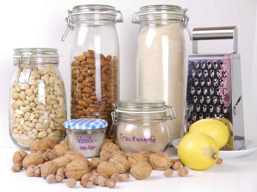 La pasta y las legumbres están conservadas en frascos.