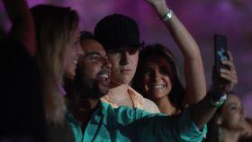Froilán, junto a su novia y unos amigos en el concierto de Juan Luis Guerra