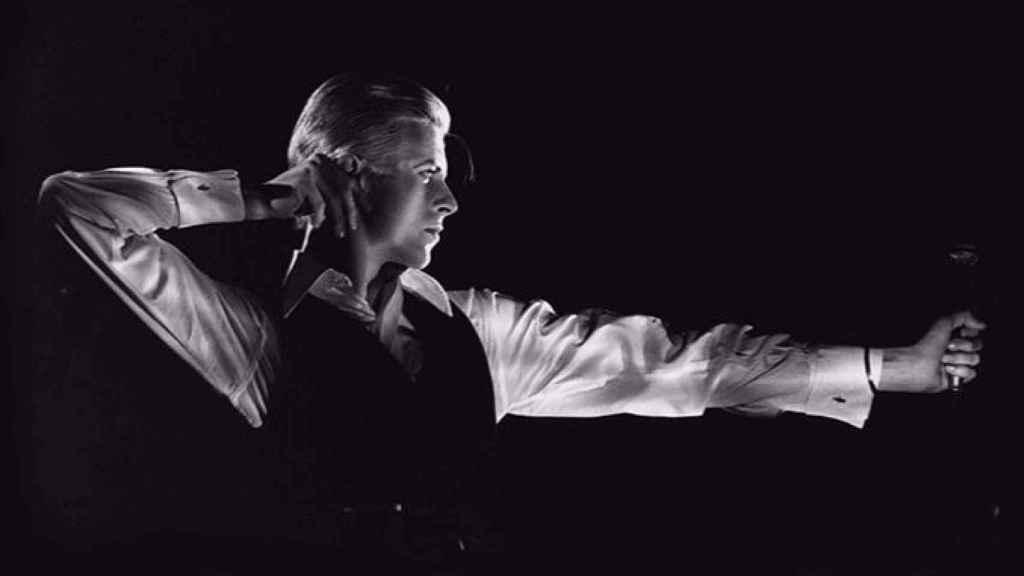 Una de las fotografías de la exposición David Bowie Is en Barcelona. | Foto: The Archer Station to Station tour, 1976 ® John Robert Rowlands.