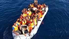 Un grupo de inmigrantes es rescatado por Salvamento Marítimo.