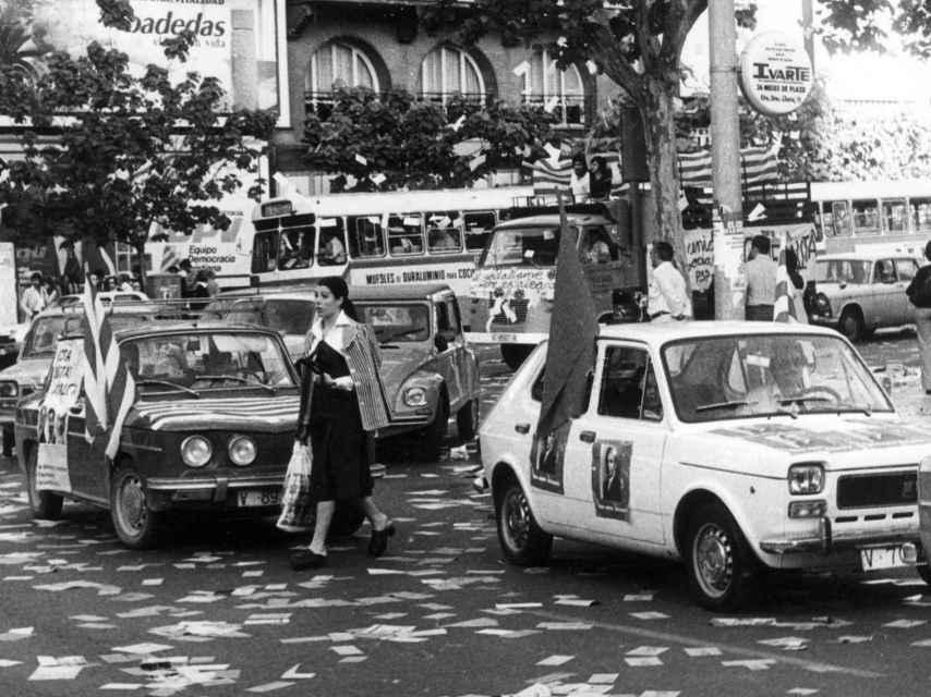 Varios coches hacen campaña para las primeras elecciones generales en España, en 1977